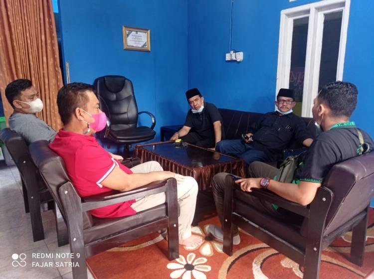 Jelang Berbuka Puasa, Ketua DPRD Inhil Dan Ketua IWO Inhil Berbincang Santai Di Sekretariat IWO Inhil.