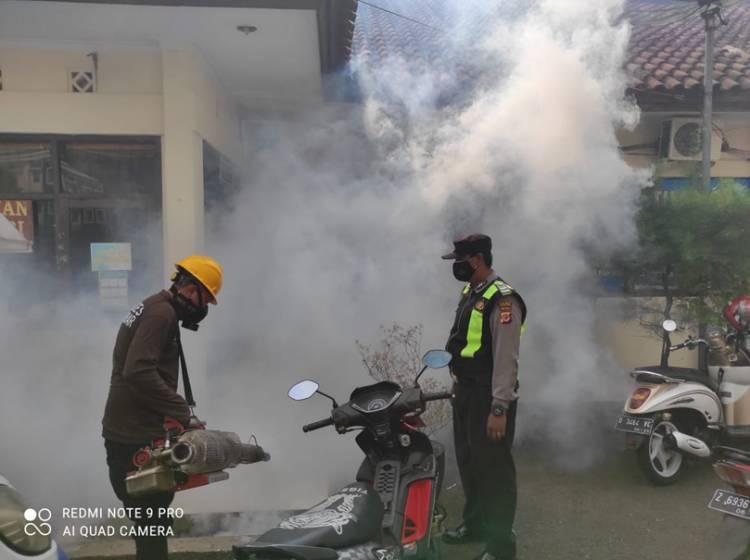 Antisipasi Nyamuk Aedes Aegypti, Mapolres Banjar Disemprot Fogging