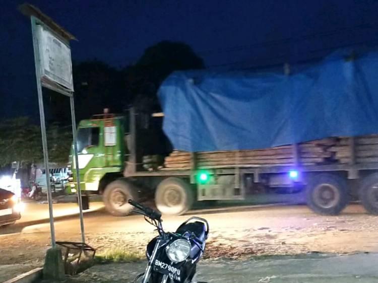 Truk Akasia dan CPO Kembali Melintas Jalan Simpang Pujud