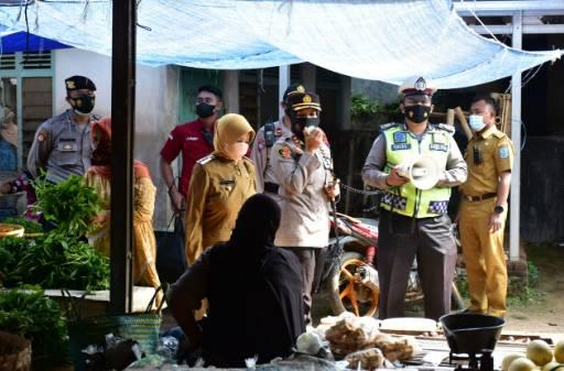 Kompak, Kapolres Banjar  Beserta Walikota Banjar Lakukan Imbauan Prokes dan Bagikan Masker