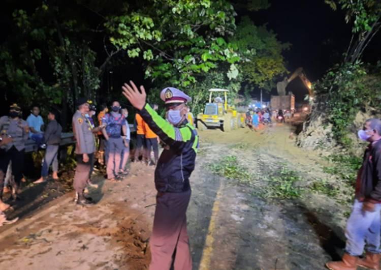 Kapolres Kampar Koordinir Penanganan Longsor di KM 77 Jalan Lintas Riau-Sumbar Hingga Tuntas