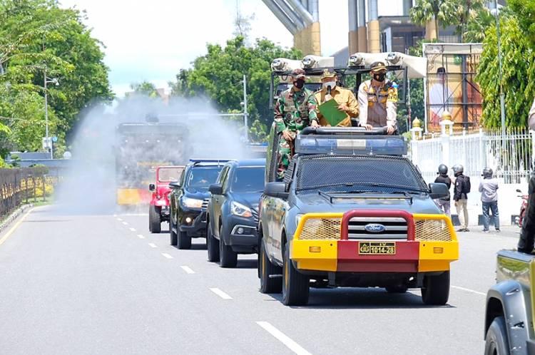 Cegah Penyebaran Covid-19, Polda Riau Bersama Forkopimda Lakukan Disinfektan Secara Massive di Jalan