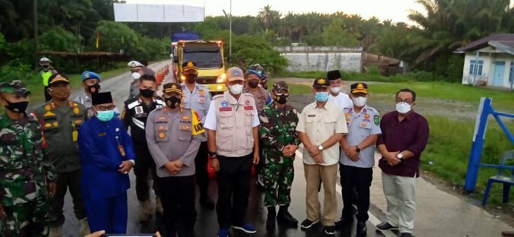 Bersama Forkompinda,  Bupati Rohil Tinjau Pos Penyekatan Perbatasan Riau-Sumut