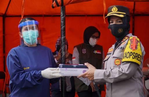 Kapolres Banjar Serahkan Alat Swab  Antigen  kepada DinKes Kota Banjar