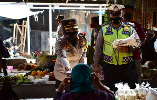 Kapolres Banjar Membagikan Masker Gratis di Pasar Sampih Kecamatan Langensari