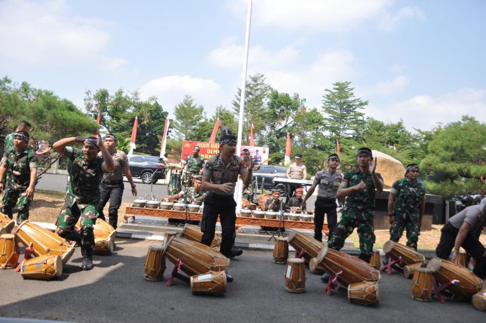 Kunjungan Kapolda Jabar di Banjar disambut dengan Rampak Gendang Personil TNI dan Polri.