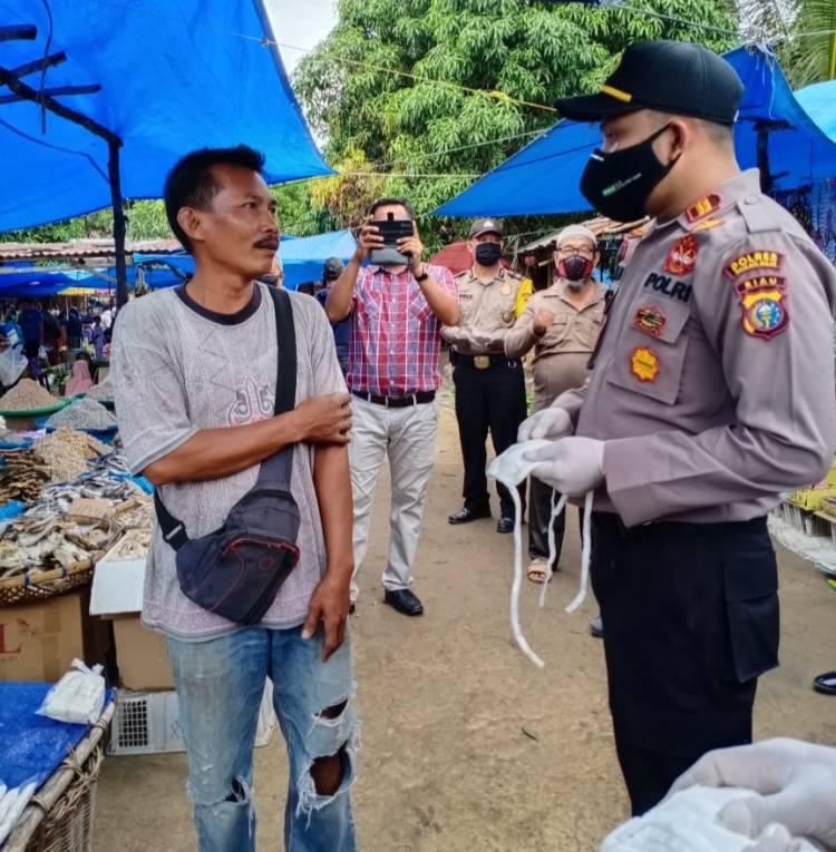 HUT Bhayangkara Ke-74, Polsek Pujud Gelar Baksos dan Bakti Kemanusiaan di Pasar Sabtu Pujud