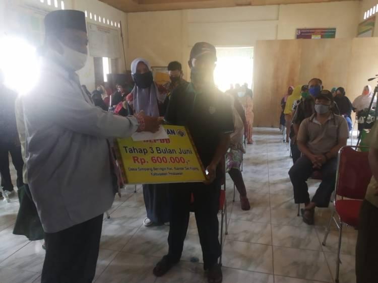 Bupati Pelalawan Serahkan Secara Simbolis BLT DD Tahap III Desa Simpang Beringin