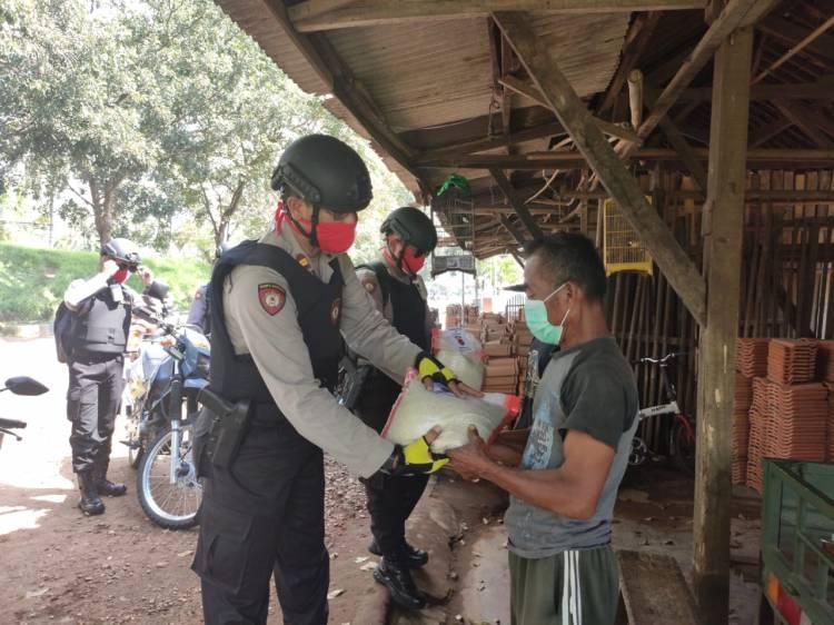 Satuan Sabhara Polres Banjar Berikan Bantuan  Kepada Masyarakat terdampak Covid 19