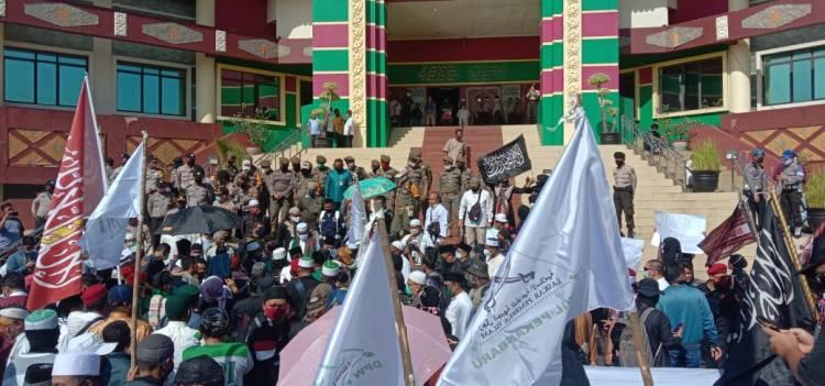 Demo di DPRD Riau, Ratusan Massa Aliansi Masyarakat Riau Menolak RUU HIP