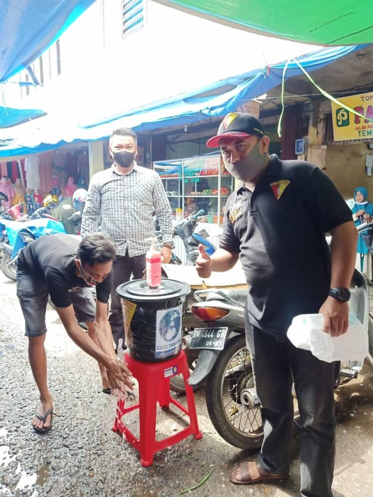 Terepkan Protokol Kesehatan LBDH Bagikan masker dan sarung tangan untuk pedagang Kahuripan