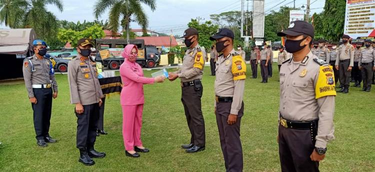 Ketua Bhayangkari Riau Berikan 262 Pasang Face Shield dan Sarung Tangan Untuk Bhabinkamtibmas di Kampar