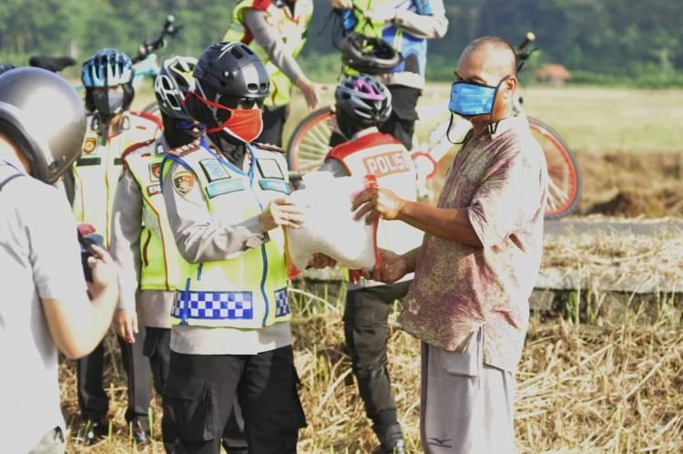 Kapolres Banjar Patroli Menggunakan Sepeda Menelusuri Jalan Area Persawahan