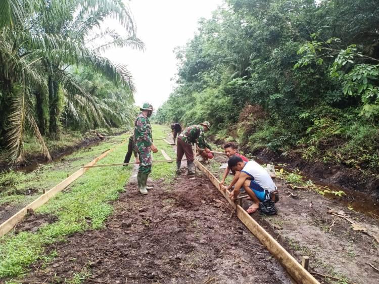 TNI bersama Masyarakat gotong-royong dalam TMMD ke 108 di Desa Tamiang