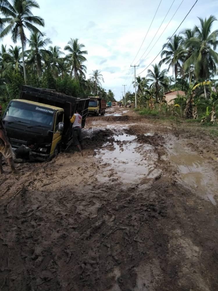 Jalan Lintas Keritang Kemuning Rusak parah Banyak Truk pengangkut hasil pertanian Terguling