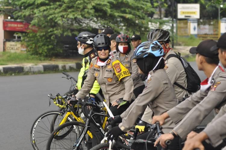 Kapolres Banjar  patroli menggunakan sepeda.