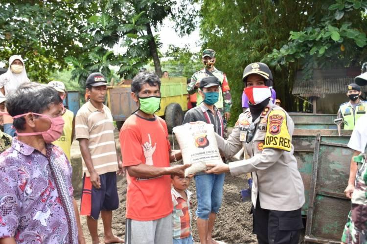 Pakai Perahu Karet Polres Banjar Bagikan 130 Paket Bantuan Sosial Bagi Penambang Disepanjang Sungai Cijolang