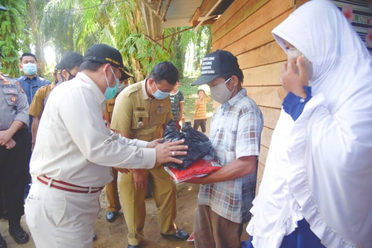 Bupati Kampar Berikan  Bantuan Pada Masyarakat Yang Terdampak Covid 19