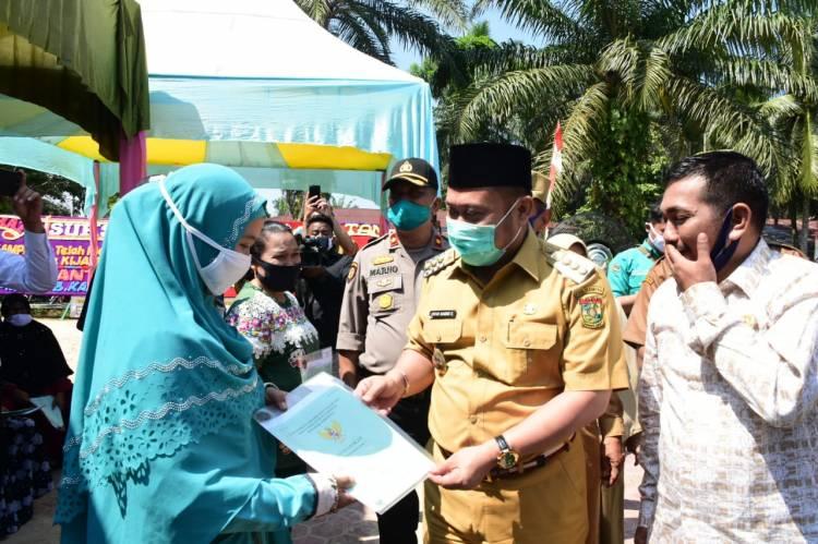 Bupati Kampar Serahkan sertifikat tanah program Tora tahun 2020