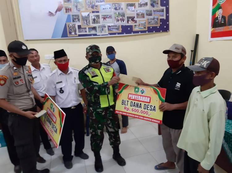 Babinsa Koramil 05/Rupat Pantau Penyaluran BLT DD tahap II Di Desa Suka damai.