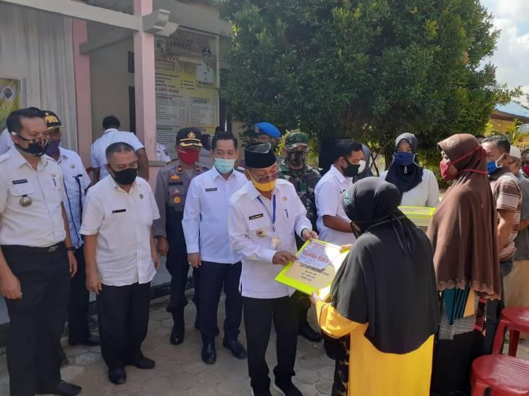 Bupati Pelalawan Serahkan Bantuan Langsung Tunai Kepada Warga Di Kecamatan Pangkalan Kuras