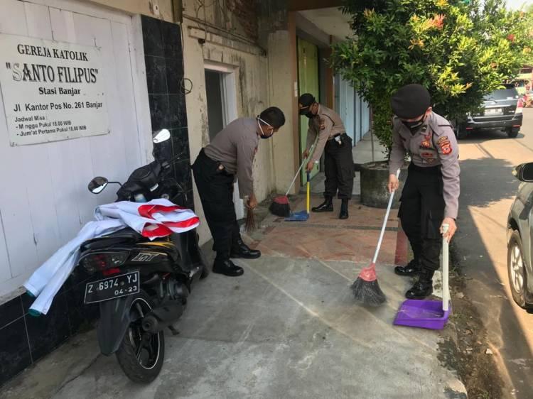 Dalam Rangka Hari Bhayangkara Ke 74, Polres Banjar Bakti Sosial Bersih-Bersih Tempat Ibadah