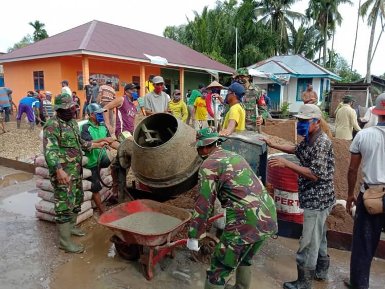 Bersama masyarakat, TNI dan Apdes Melaksanakan Giat Pra TMMD Imbangan Pembuatan Jalan di Desa Teluk Kiambang
