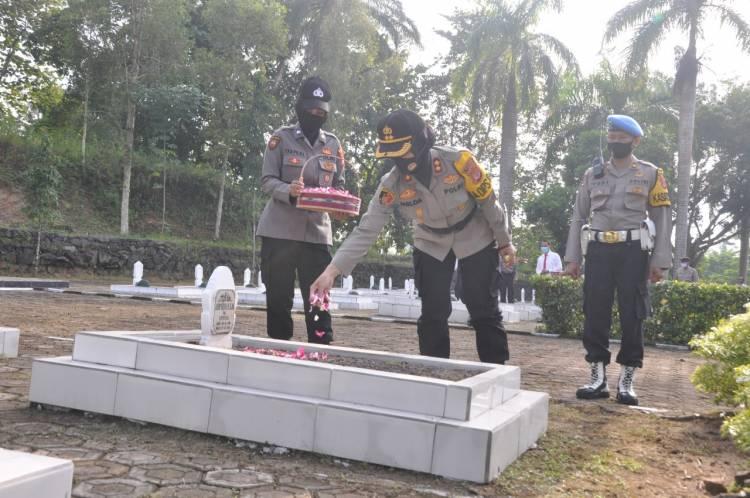 Polres Banjar Laksanakan Upacara Ziarah Makam di  TMP Kusuma Bangsa
