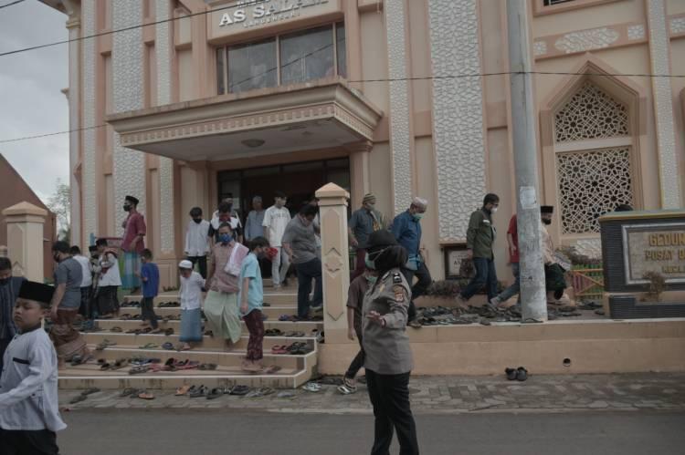 Jajaran personil Polwan Polres Banjar laksanakan pengamanan Sholat Jumat di masjid An-Nur