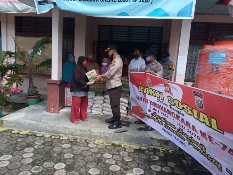 Polsek Tapung Gelar Bakti Sosial Hari Bhayangkara ke-74, Bagikan 20 Paket Sembako di Desa Indra Sakti