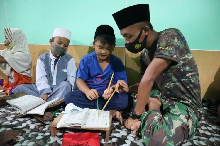 Satgas TMMD Ke 111 Kodim 0314/Inhil Ajarkan Anak Anak Baca  Alqur'an