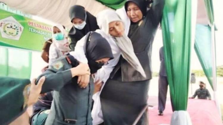 Wanita Terpidana Kasus Perzinaan Tumbang Usai Jalani Hukuman Cambuk 100 Kali