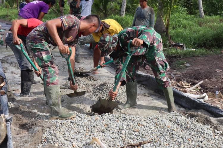 Satgas TMMD Ke 111 Kodim 0314/Inhi Dan Warga Bertungkus Lumus Gotong Royong Untuk Pekerjaan Jalan Penghubung Desa Dengan Kecamatan
