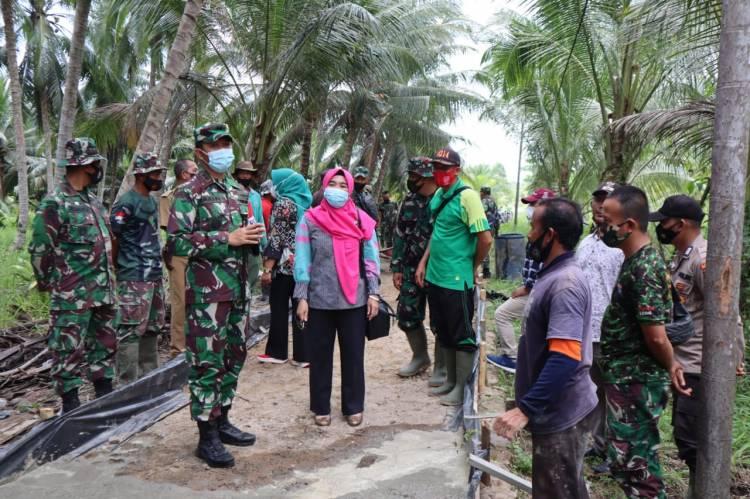 Tinjau Lokasi,Dansatgas TMMD Ke 111 Kodim 0314/Inhil Bangga Dengan Hasil Yang Di Capai Prajurit TNI dan Masyarakat