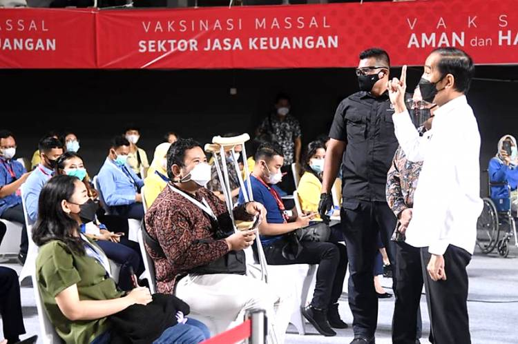 Presiden Jokowi Tinjau Vaksinasi Massal Bagi Pelaku Sektor Jasa Keuangan