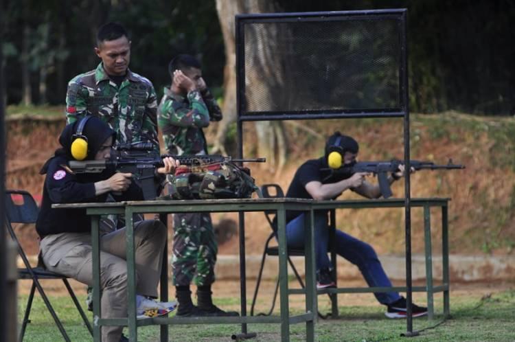 Menjaga Sinergitas TNI-Polri, Kapolres Banjar Latihan Menembak di Yonif Raider 323/BP