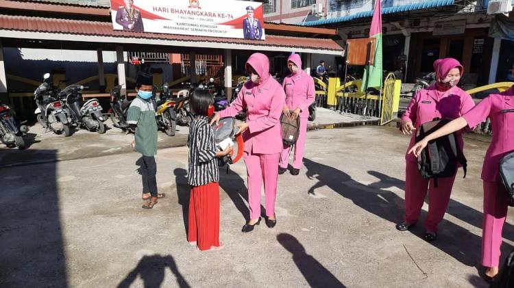 Polsek Kateman Membagikan 20 Tas Kepada Pelajar dan Anak Yatim Piatu