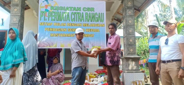 PT.PCR pabrik kelapa sawit Duri Menyerahkan sembako kepada warga