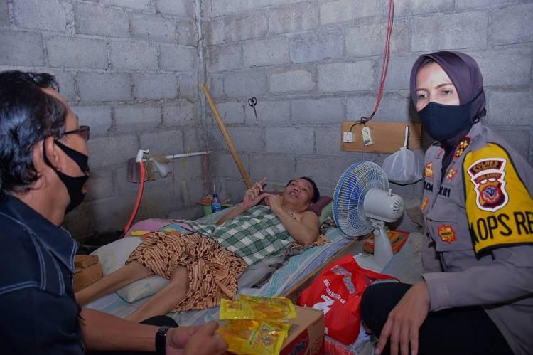 Warga Kurang Mampu Diberi Bantuan Oleh Kapolres Banjar Bersama Kasat Narkoba Polres Banjar