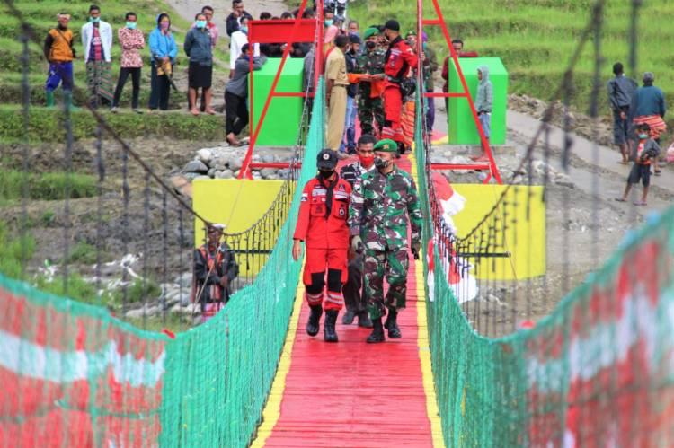 Satgas Pamtas RI-RDTL Yonif 132/BS Bangun Jembatan Gantung