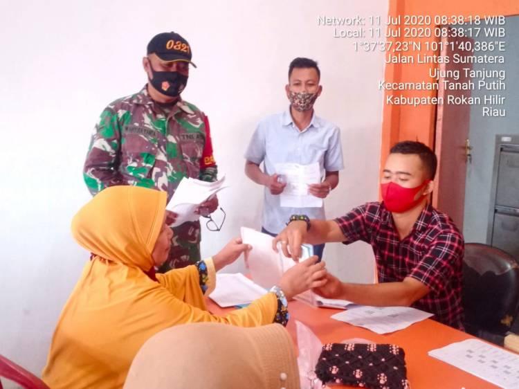 Penyaluran Bansos Tunai di Rohil, Babinsa Ikut Memantau