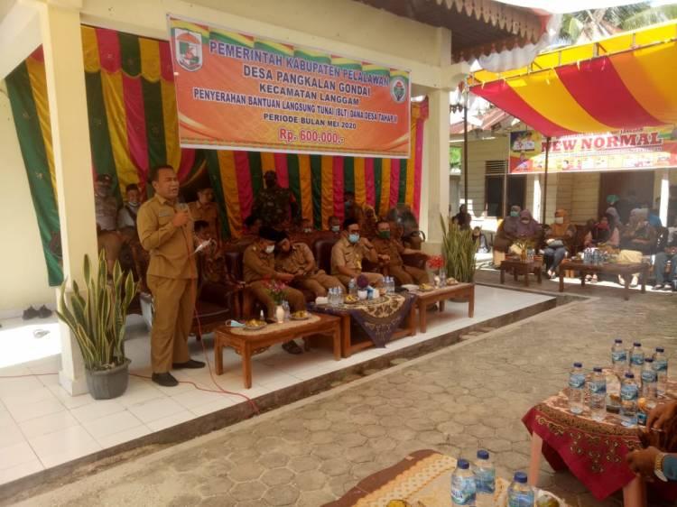 Bupati Pelalawan  Serahkan Bantuan Langsung Tunai (BLT) Di Desa Pangkalan Gondai