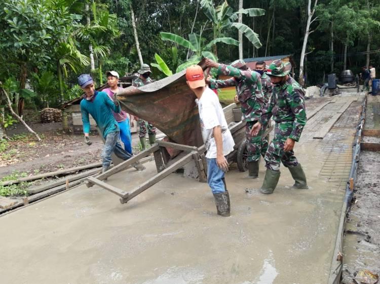 Satgas TNI dan Warga Mandi Keringat Bangun jalan di Desa Temiang,