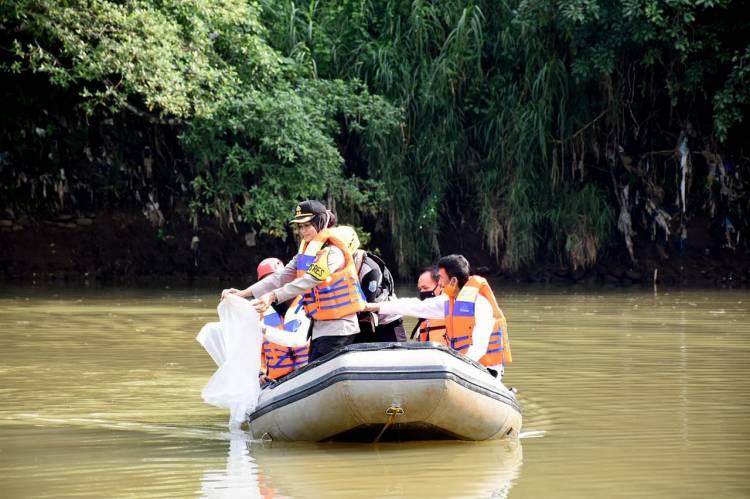 Kapolres Banjar Bersama Walikota Banjar Tebar Bibit ikan di Sungai Citanduy