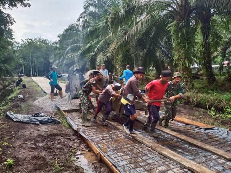 Komando Rayon militer 07 Bukit Batu Bersama warga melaksanakan  Semenisasi Jalan Rumah Sawit Inap