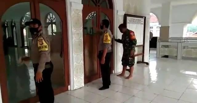 TNI Polri Di Banjar Melaksanakan Jumat bersih (Jumsih) Di Masjid Agung Kota Banjar