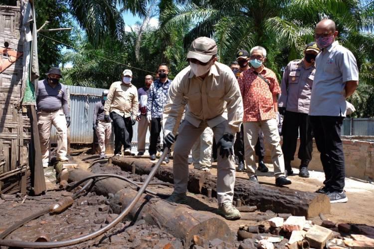 Polda Riau ringkus 4 Orang sindikat Penyulingan Minyak Illegal yang Beroperasi di Dumai