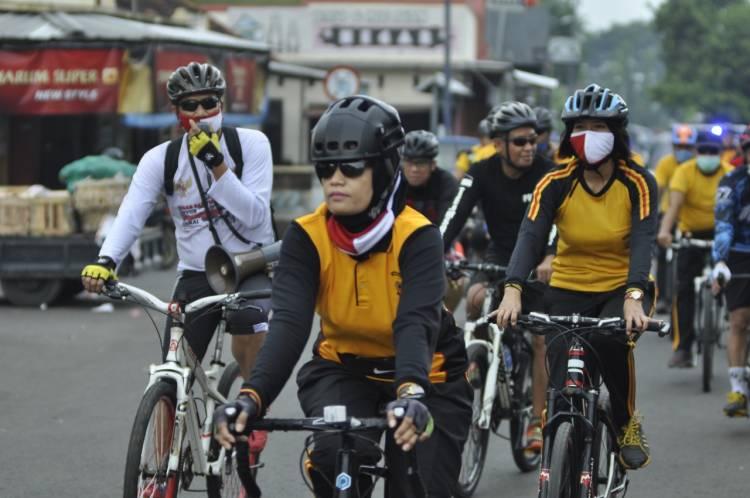 Kapolres Banjar Bersepeda Sambil Ingatkan Protokol Kesehatan Menjelang New Normal