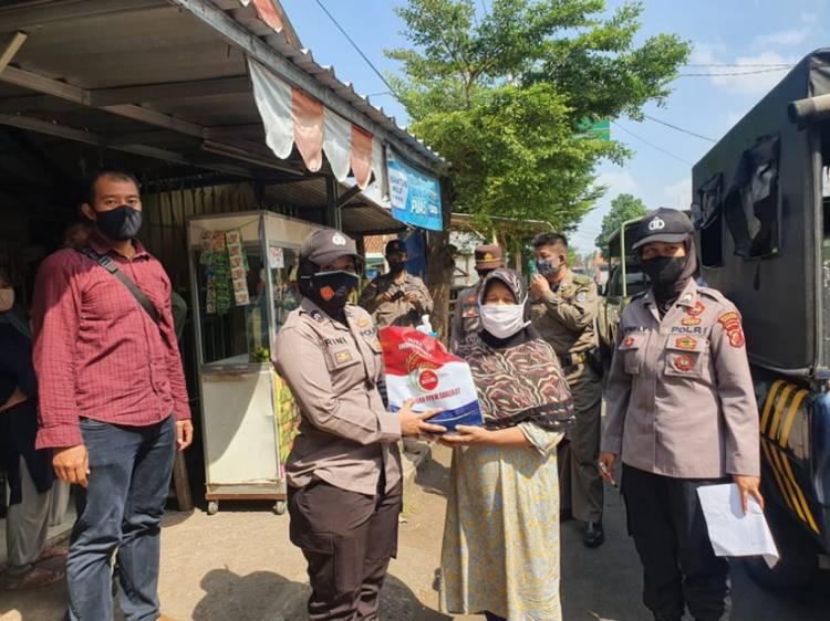 Polwan Polres Banjar Melaksanakan Patroli Penyaluran Bansos kepada Masyarakat yang Terdampak Covid-19