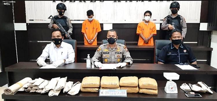 Kapolres Kampar Didampingi Kasatres Narkoba Ekspos Tangkapan 9,65 Kg Daun Ganja Kering